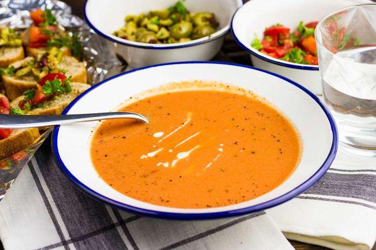 Recept voor tomaten-crèmesoep voor 4 personen. Met zout, water, olijfolie, peper, tomaat, tapenade, broodje, kookroom, ui, groentebouillonblokje, gepelde tomaten en peterselie