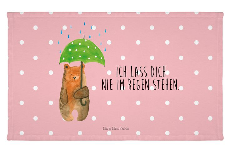 """Gäste Handtuch Bär mit Regenschirm aus Kunstfaser  Natur - Das Original von Mr. & Mrs. Panda.  Das wunderschöne Gästehandtuch von Mr. & Mrs. Panda wird liebevoll von uns bedruckt und hat die Größe 30x50 cm.    Über unser Motiv Bär mit Regenschirm  """"Ich lasse dich nie im Regen stehen"""" - das gilt für unsere Freunde, für unsere Familie und für unseren Partner. Und diesen besonderen Menschen kann man eigentlich nicht oft genug sagen, wie wichtig sie einem sind..    Verwendete Materialien  Die…"""