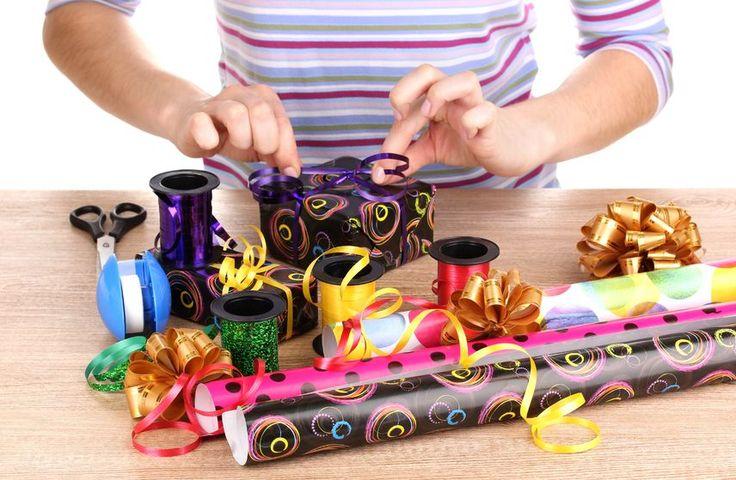 Karácsonyi csomagolás - PROAKTIVdirekt Életmód magazin és hírek - proaktivdirekt.com A december beköszöntével nemcsak a tél érkezik meg hozzánk, hanem beindul a karácsonyi roham. Míg a fürgébbek már túl vannak a bevásárlás felén, addig sokan még csak most ötletelnek, kit mivel lepjenek meg a szeretet ünnepén. Aztán roham, de a végén minden megvan. Túl vagyunk a nehezén… Valóban? És a csomagolással mi lesz? Mielőtt ismét pánikba esnél, segítünk néhány ötlettel.