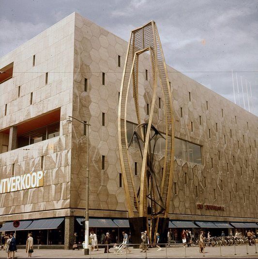 De Bijenkorf in 1962.  De Rotterdamse vestiging van De Bijenkorf is één van de 3 grootste vestigingen van de warenhuisketen. Het huidige gebouw dateert uit 1956 en is het symbool van de wederopbouw van de stad Rotterdam. Het is met die in Amsterdam en Den Haag een van de drie zogeheten flagship stores, de belangrijkste winkels uit de keten.