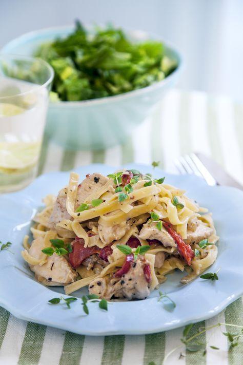 Ljuvlig pasta med kyckling i en gräddig sås. En snabblagad middag som passar i vardagen.