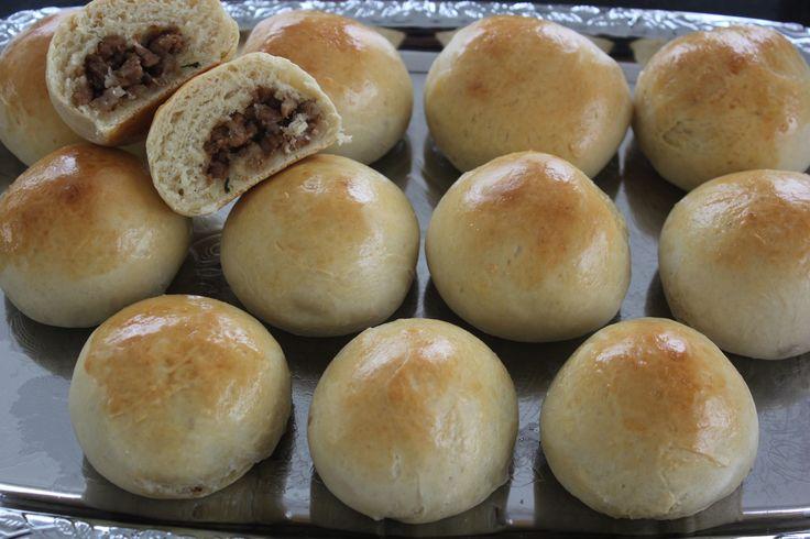Witte broodjes gevuld met ketjap kip
