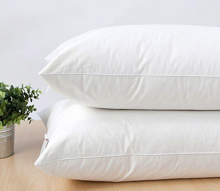 2 pack Hotel Quality Pillow 50x90cm Högre, fastare kuddar med mer fyllning, bäst för dig som tycker om att sova på sidan. Innehåller: 30% 2-4cm Vit ankfjäder ✁ 70% 6D polyester fiber blandat ihop. Tvättråd: Tvätta kuddar i tvättmaskinen med kallt vatten och ett rengöringsmedel gjorda speciellt för ömtåliga material . Använd den milda cykeln . Fjäder kuddar bör tvättas endast i frontmatade tvättmaskiner . Blandaren i en top - loader skadar kudden . Livet för en fjäder kudde kan förlängas…