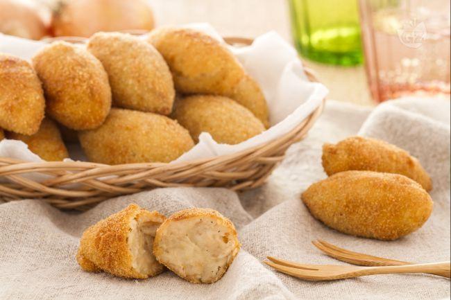 Le croquetas (crocchette) sono un piatto tipico spagnolo  molto usato nel sud della Spagna, anche se si trovano in tutto il paese nei bar servite come tapa (stuzzichino), da mangiare con una birra fresca.