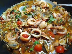 La zuppa di fregula ai frutti di mare è una ricetta ricca che unisce tutto il gusto di mare con il tocco piccante del peperocino