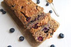 Havermout honing cake met bosbessen. Lekker als gezond tussendoortje, licht ontbijt óf toetje!