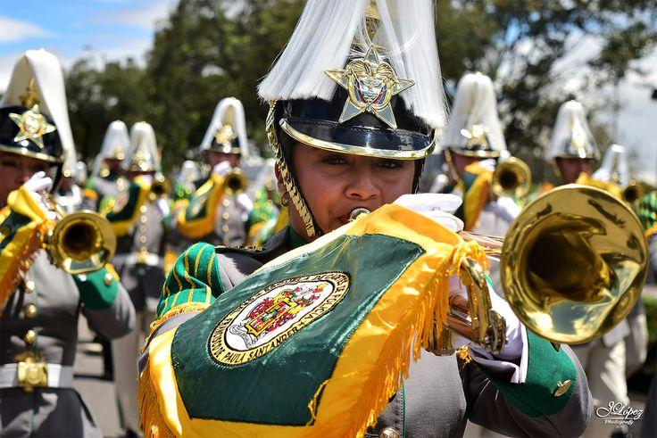 Cadetes de la Escuela de Policía General Santander, hacen resonar sus instrumentos de guerra durante el desfile militar.