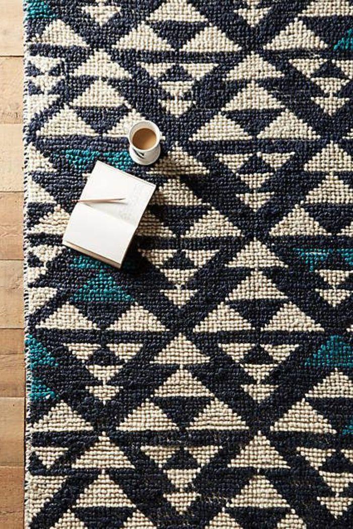 motif azteque, tapis en noir et beige, motifs aztèques, tasse à café