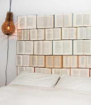 Respaldo para cama hecho con libros viejos