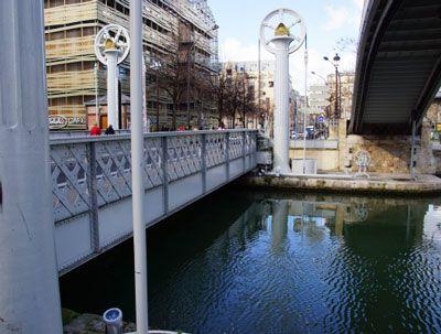 LE PONT LEVANT DE LA RUE DE CRIMÉE19e arrondissement  Mis en service le 2 août 1885, le Pont Levant de la rue de Crimée (19e arrondissement) est le dernier pont levant de Paris. Des caractéristiques technologiques et architecturales extraordinaires pour l'époque, que l'on peut découvrir lors d'une agréable balade le long du canal de l'Ourcq.