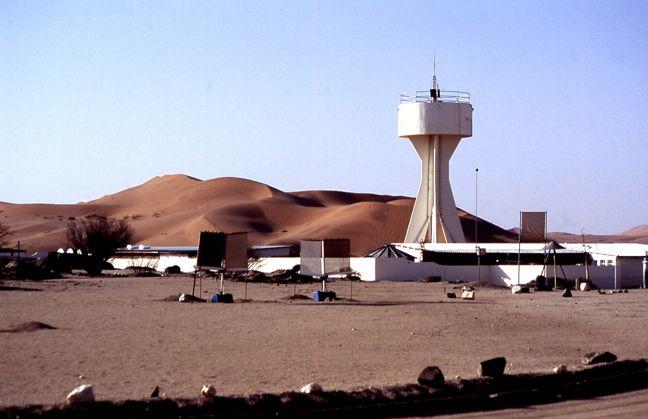 Gobabeb mit seinem markanten Wasserturm.  Foto: Senta Frank