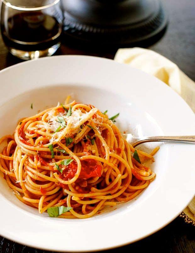 La semplicità di una #pasta al pomodoro e basilico. Una ricetta che è la metafora di #amicizie vere cui tutti aneliamo. Relazioni da preparare e coccolare. | #LessIsSexy #amici