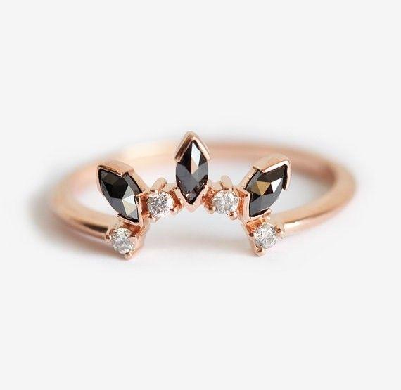 特別なスタッキングのウェディングバンドリング。ブラックとシルバー・グレーダイヤモンドを使用しましたが、ホワイトダイヤモンドでも作製することが可能です。希望の方は、購入前にご連絡ください。商品の詳細✧ ジェムストーン: ダイヤモンド✧ 形: マルキーズ、ラウンド✧ 材質: 14kイエロー/ホワイト/ローズソリッドゴールド✧ バンドの幅: 1.60mm☆!ダイヤモンドは、コンフリクトフリーです!☆【注意点】※お値段は、クラウン・リングのみです。━━━━━━━━━━━━━━━━━━━━━━━━━━━━━━━━━━━━━━゚・*☆ご質問があれば、遠慮なくお問い合わせください☆*・゚━━━━━━━━━━━━━━━━━━━━━━━━━━━━━━━━━━━━━━商品は受注製作となっておりますのでお支払い後に作製を開始します。製作には14~21日営業日いただいております。ご理解の程よろしくお願いします。スロベニアから世界中へ発送しておりますので、海外にお住まいの方でも安心して注文できます。