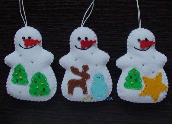 Sentivo gli ornamenti Pupazzo di neve - Set di 5.  Ogni pupazzo di neve unico. Tutte le 5 pupazzi di neve diversi e molto belli. Ricamo a mano colore - bianco, molti splendidi dettagli. Tutti gli elementi decorativi piccolo ho cucito con filo dargento. Lei splende.  È possibile utilizzare questi ornamenti per decorare il vostro albero di Natale, tabella, maniglie delle porte, confezioni regalo, ecc. Aggiungi che un tocco di dolcezza al vostro albero di Natale con questi ornamenti Pupazzo di…