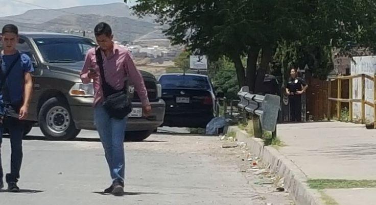 <p>Chihuahua, Chih.- En el cruce de las calles 70 y Privada de 20 de Noviembre, sujetos a bordo de una camioneta arrojaron el cuerpo de un hombre atado de