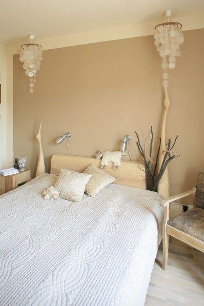 W sypialni największą uwagę zwraca wykonane na zamówienie o artysty łóżko. Fot. Bartosz Jarosz.