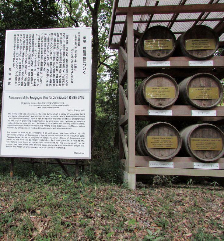 Insolite : des barriques de vin français dans le sanctuaire de Meiji Jingu à Tokyo. Bon #lundisoleil brun à tous !