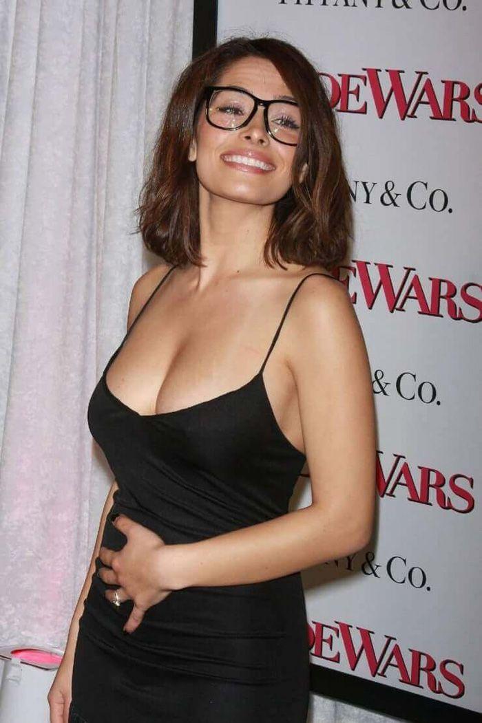 Sarah Shahi Hot Pictures, Bikini And Fashion Style (49 Photos) in 2020 | Sarah  shahi, Hollywood celebrities, Celebrities female