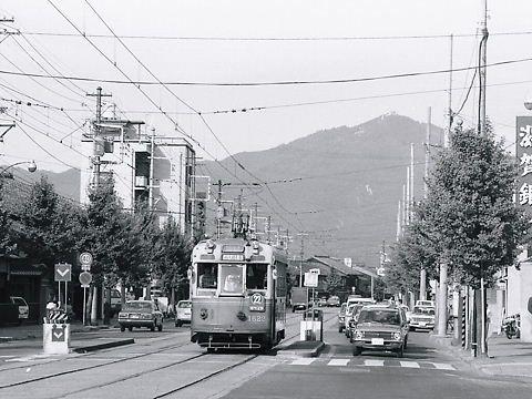 比叡山が背景の22番