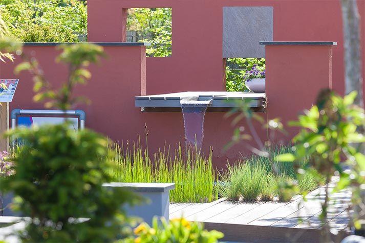 Een grote, robuuste tafel is voorzien van een geïntegreerd waterspel.