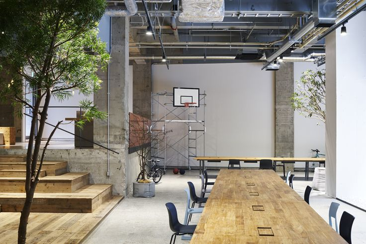 <p>Japanese studio Torafu Architects has recently remodeled the basement level space of Tokyo global advertising agency AKQA.   While the office is on the first floor basement of the building, the open space and brightness does not make one feel underground. The concrete scraped the floor finish, white gravel for diffusing light that plugs into…</p>