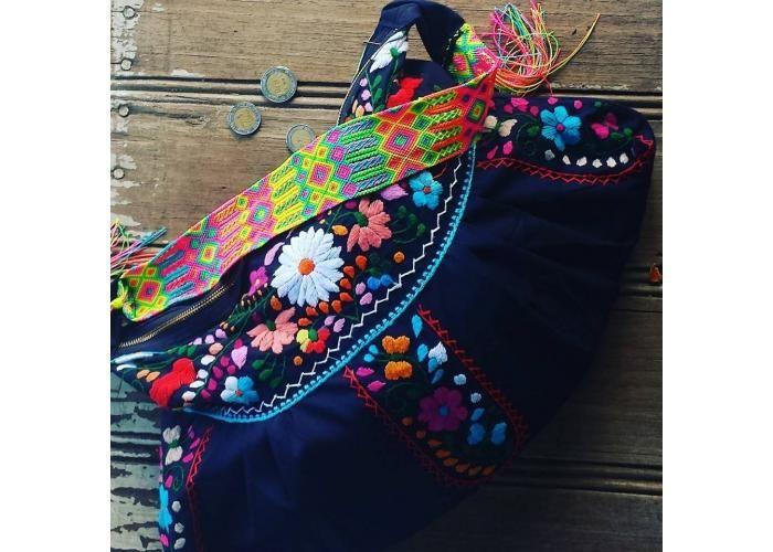 Bolsa de Mano Tejida a mano Se cierra con cierre de Metal Asa corta Tejida a mano Forro algodon floral Bolsa interna Producto hecho a Mano Producto hecho en Mexico.