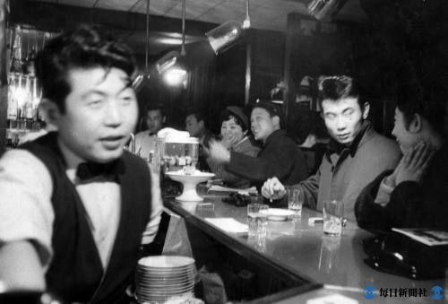昭和30年代、若者たちの人気を集めた「トリスバー」=東京・銀座で、1958(昭和33)年3月撮影
