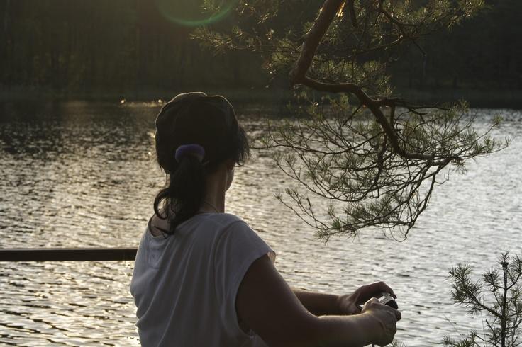 """""""Zdjęcie wykonane w Borach Tucolskich okolice Drzewizca okolica jeszcze pusta kojąca ciszą cudownym szumem drzew i strumieni, pełna uroczych jezior czas w którym chciało by się być zawsze .  Goethe Faust    """"Jeżeli chwili powiem kiedy:""""Pozostań,takaś pełna kras!'  """".  Pozwolę Ci się spętać wtedy I niech po wszelki ginę czas!""""  Fot. Hanna Rogowska"""