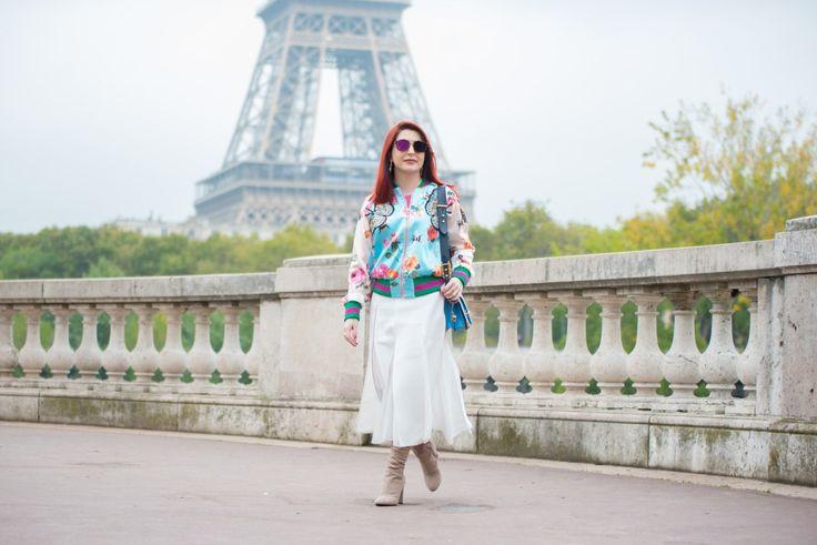 Look de outono em Paris. Post completo no blog. #moda #estilo #bomberjacket #outfit #jaqueta #style #fashion #saia #midi #skirt #bota #boots #autumn #estampafloral #print #blogpost #paris