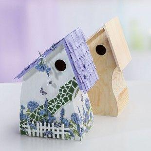 Ein Vogelhaus in frischen Flieder-Tönen kombiniert mit rustikaler Mosaik-Technik: Im Blog zeigen wir Euch eine Anleitung für dieses tolle Deko-Teil. http://blog.buttinette.com/basteln/bastelanleitung-vogelhaus-provence-mit-mosaik-steinen
