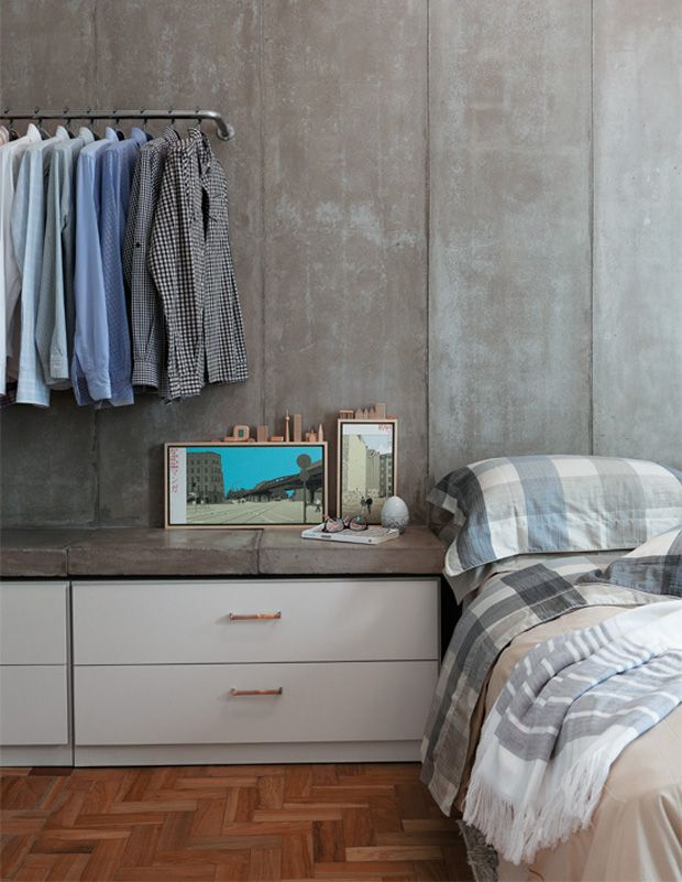 open closet with concrete wall #decor #paredes #concreto #quartos #bedrooms