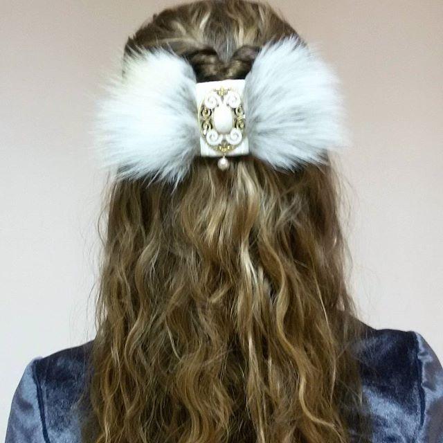 А вот так заколка выглядит на волосах💇 большое спасибо за прическу и фотографию @bormotova_nadia. Очень изысканно!🗻 #hairstyle #hairpin #прическа #стиль #заколкадляволос #фея #magic #fairy #авторскиеукрашения #jewelry #мех #spring #handmadejewelry