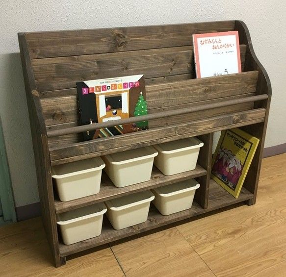 様々な小物の収納に便利な収納ケースが小6個も付いた絵本棚です! ♪お子さんのいるご家庭ではおもちゃ箱として。♪ふた付きの収納ケースですので埃の侵入を防ぎ、おしゃれに隠してくれ、お部屋がスッキリと片付きます。◎下の右面の棚は、高さが約34cmありますので、普通の絵本等が十分に収納できるサイズです。 ◎上の棚は絵本のタイトル、表紙が見やすくなっております。【寸法】◎高さ78cm 横90cm 奥行26.7cm※収納ケース 小:(内寸)高さ11cm 横16.5cm 奥行23cm ※若干の誤差はお許しください。【カラー】◎側面・丸棒・こぼれ止め:ウォルナット色 ◎棚・他:ウォルナット色◎収納ケース:オフホワイト★色変更可能です! (*収納ケースの色変更は不可になります。) 白木・ウォルナット色・ライトオーク・ホワイト・ダークパイン・アンティークホワイト(エイジング加工)よりご指定ください。 ※当社HP(ゼネラルアーツパブリシティ)よりカラーイメージがご覧頂けます。★サイズ変更可能です!…