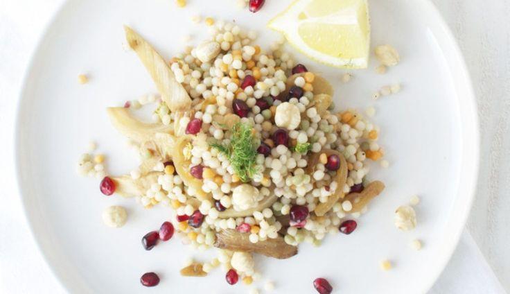 Deze couscoussalade vanRenée Kemps maak je met Israëlische couscous, verse venkel, granaatappelpitjes en hazelnoten. Een lust…