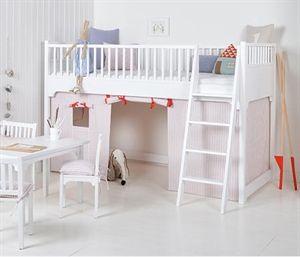 Oliver Furniture forhæng i rosa strib til Oliver Furniture lav højseng. Se her.