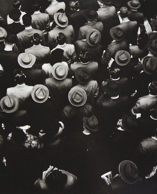 Un gentío de transeúntes en Staten Island Ferry, en la lente de Gordon Parks (1944).