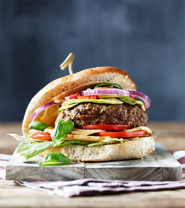 Opskrift på The Italian Stallion, burger med mozzarella, balsamico og basilukum. Fra Hellmanns Big Burger Book.
