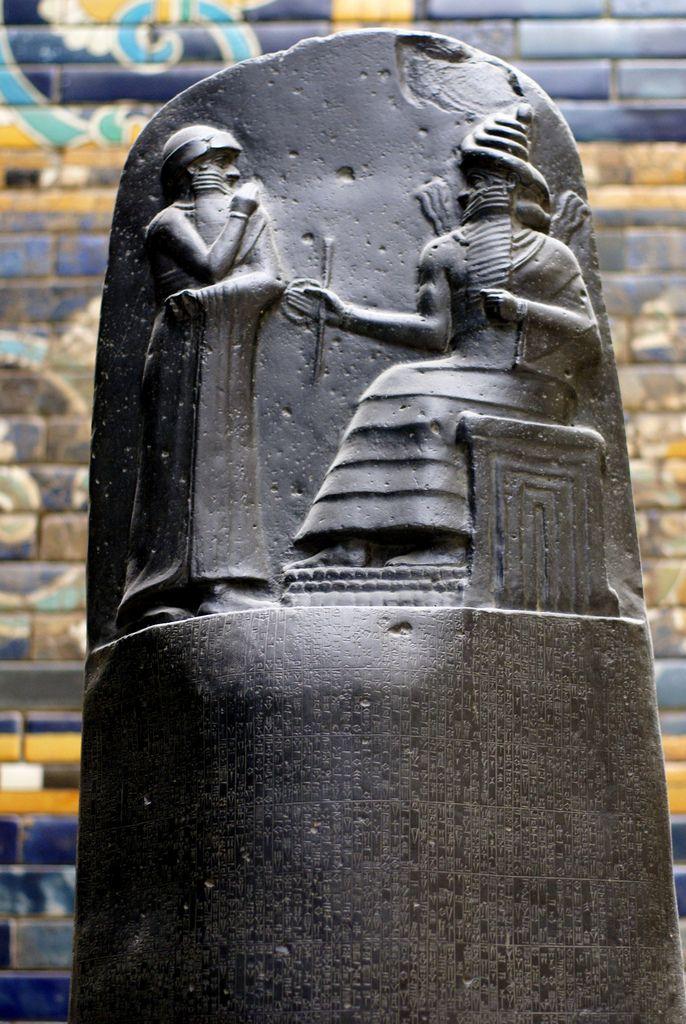 """Стела """"Кодекс Хаммурапи"""", 1755—1752 годы до н. э.  Базальт, барельеф, 2,2 х 0,65 м. Вся стела - 282 закона, записанных сериями по 20 колонок - наиболее полный свод законов древности. Сверху: царь Хаммурапи, получает законы из рук богом солнца Шамаша (сидит). Бог, в данном случае, легитимизирует правила."""