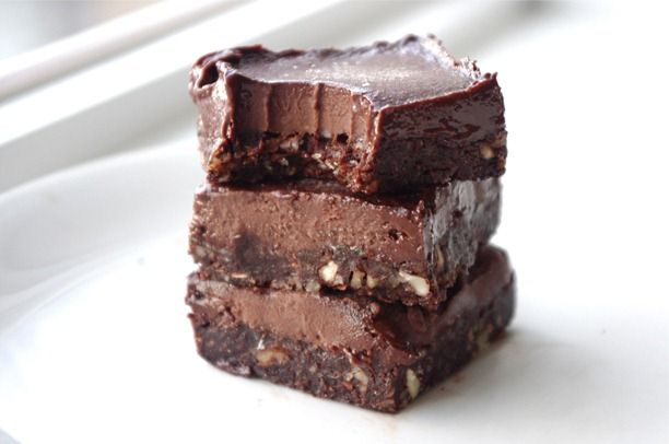 Healthy eatmore fudge chocolate bars 1 cup pitted dates1/2 cup almonds, unsalted1/4 cup walnuts, unsalted1/4 cup unsweetened cocoa powder2 ripe bananas4 tbsp natural almond butter1/4 cup more unsweetened cocoa powder4 tbsp unpasteurized honey (K note: strict vegans can use agave)