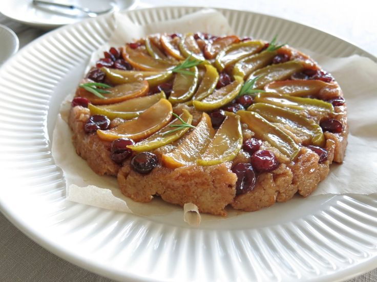 Tarte tatin. http://bit.ly/1ulQR5T #sblogit #kaksimurua #reseptit #kakku #jälkkärit