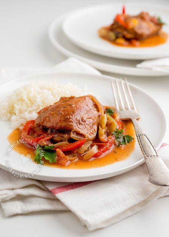 Pollo Guisado Dominicano, Receta y Video: Su bajo costo, riquísimo sabor, y fácil preparación lo hacen presencia rutinaria en la mesa del almuerzo.