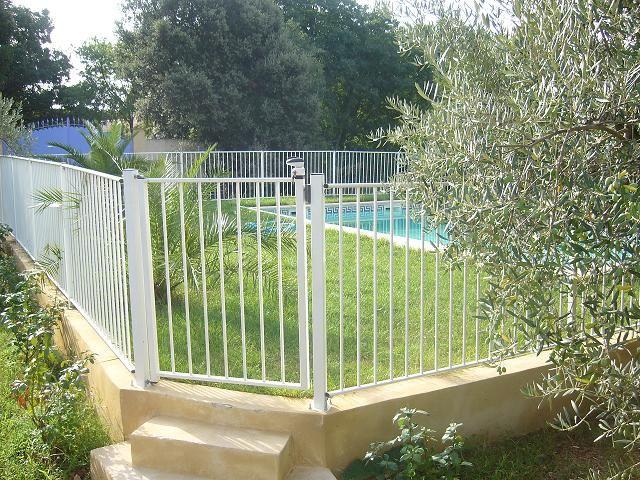 Barrière de piscine en acier thermolaqué à barreaux pour une protection piscine pas cher, choisissez la barrière piscine conforme en métal galvanisé à chaud