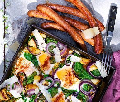 Ugnsbakad palsternacka och rödlök med stekta ägg mitt ibland dem – bakade ägg är ett kul och oväntat recept. Babyspenaten och basilikan ger anrättningen extra smak, färg och antioxidanter. Gör sig bra som tillbehör till en rustik korv och ett gott bröd.