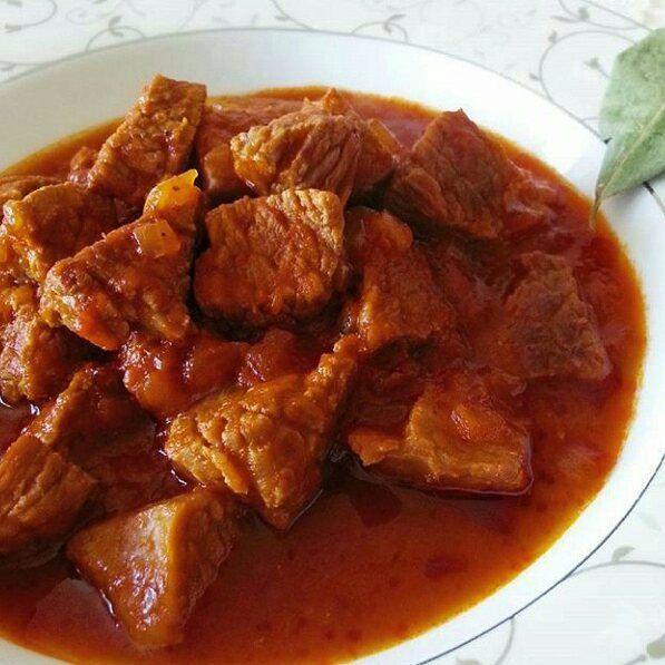 En güzel mutfak paylaşımları için kanalımıza abone olunuz. http://www.kadinika.com Akşam yemeği için Ramazan günlerinden bir  #tbt   Iftar için misafirlerimize çok pratik ve o kadar da nefiss bir seçenek  dana gulaş . . Tarif iftardan sonra inşaallah  hayırlı iftarlar .  dedim ama yazmayı  unutmuşum      malzemeler ; 1 kg. yağsız dana eti 2-3 yemek kaşığı tereyağı 2 adet irice kuru soğan 1 yemek kaşığı domates salçası 1 yemek kaşığı  biber salçası tuz karabiber .  yapılışı; etlerimizi iri…