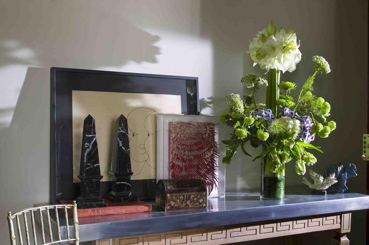 Flower arrangement with amaryllis, viburnum, parrot tulips, and hydrangeas on a table | un arreglo de flores con amaryllis, tulipanes parrot, viburnum y hortensias en una mesa