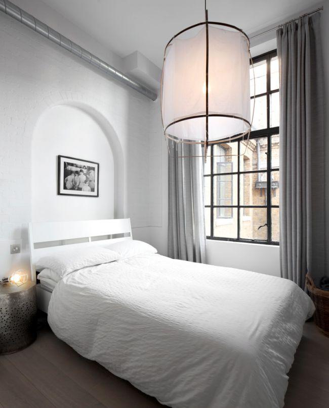 Небольшая спальня в белом цвете с серыми портьерами из льна