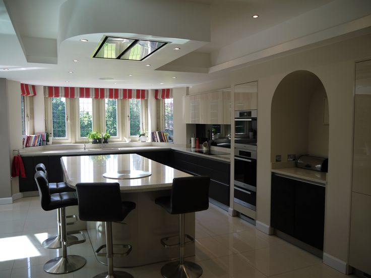 Gloss Cashmere and Dark wood combination with ceiling detail matching the curve on the Island.