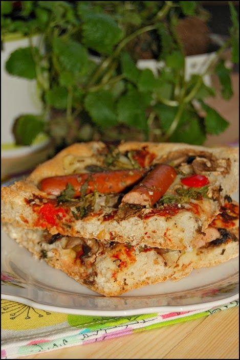 Pizza z kiełbaskami Jak za człowiekiem coś chodzi to zazwyczaj wychodzą z tego szybkie naleśniki z...czymkolwiek albo pizza, królowa dzisiejszego przepisu. Ta miała być banalna, mała, na połowie składników robiona. Tymczasem wyszła spora, nadzwyczajna i wyjątkowo chrupiąca. Szybka i, przede wszystkim, smaczna. http://wgarzemieszane.blogspot.com/2014/03/pizza-z-kiebaskami.html