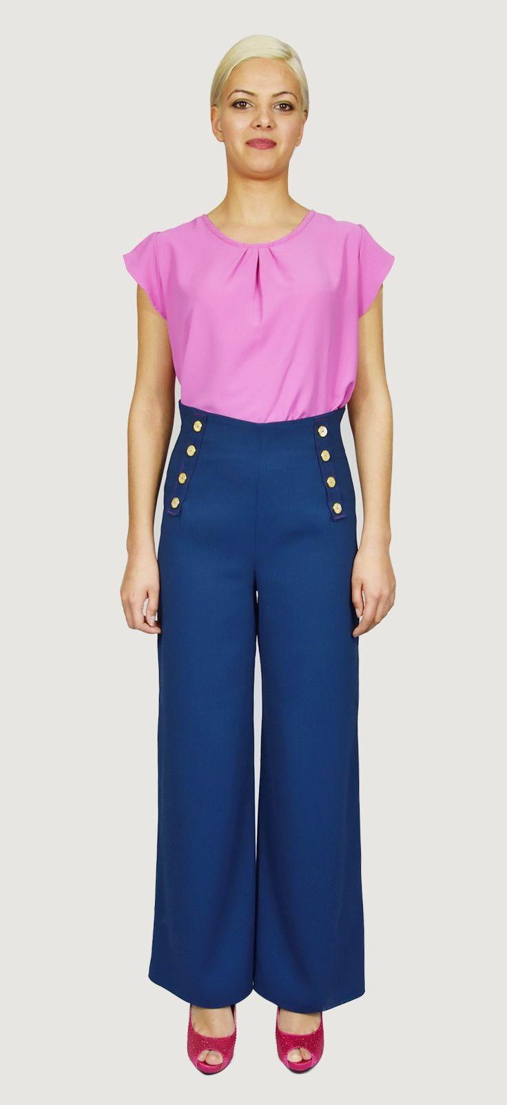 Pantalón Azúl en algodón, alto de cintura con doble abotonadura de adorno,cremallera en parte trasera, muy ancho de pierna. Detalle de los pespuntes en fucsia.