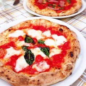上前津駅と大須観音駅のちょうど中間に位置するイタリア料理店「チェザリ」は、ピザ世界一の職人さんが焼くナポリピザが有名。なかでも「水牛のモッツァレラ」は人気No.1。テイクアウトも出来る。土日は行列ができるほどの人気店。